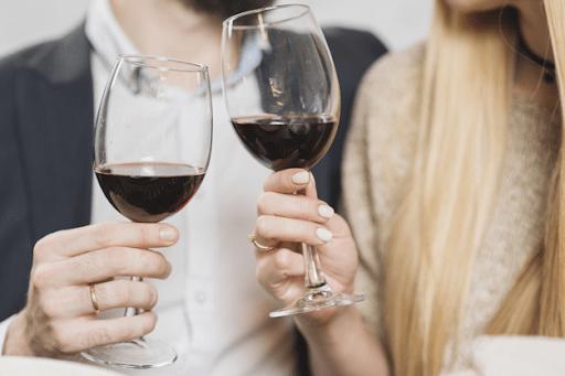 casal brindando com taças de vinho