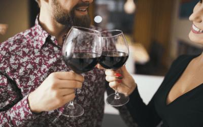 Como segurar uma taça de vinho?